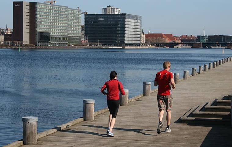 Kopenhaga stała się jednym z najważniejszych poligonów nowoczesnej architektury w Europie. Stawiana jest też za wzór dla miast, które chcą lepiej wykorzystać swoje położenie nad wodą. fot. citypolska.com