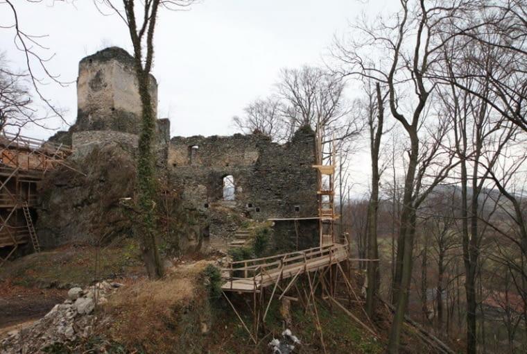 Ruiny średniowiecznego 'zamku górnego' w Płoninie mają zostać jedynie zabezpieczone i przystosowane do ruchu turystycznego, fot. niesytno.pl