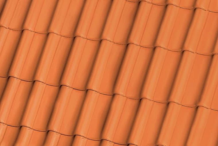 Bornholm/RÖBEN | Rodzaj: dachówka ceramiczna | wymiary: ok. 44,4 x ok. 28,2 cm | kolor: czerwony; wykończenie: naturalna. Cena: 3,39 zł/szt.; 42,43 zł/m2, www.roben.pl