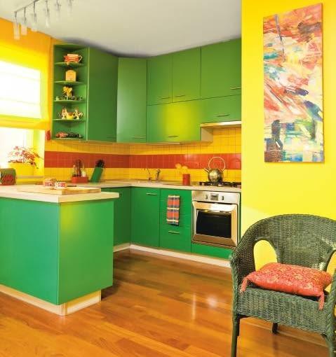 MIESZKANIE. Fronty kuchennych szafek zrobiono z lakierowanej płyty MDF, blat jest z jasnego laminatu. Intensywna zieleń mebli oraz żółte i czerwone płytki nad blatem nadają aneksowi meksykański klimat.