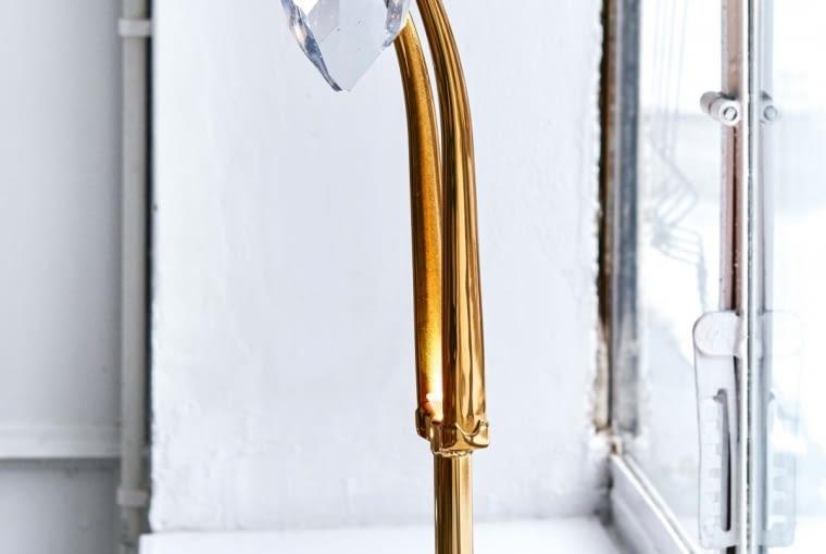 Lampa Dear Marcel z kryształu i mosiądzu to dzieło młodszego z braci Houdek, Lukáša.