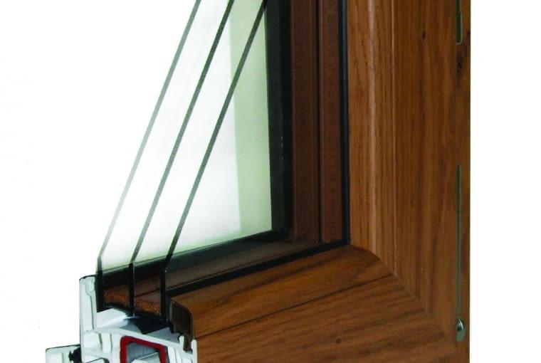 Propozycja 2. System: NorskStil, sześciokomorowe profile Gealan 7000IQ PLUS klasy A; Uf = 1,0 W/(m2K); trzy uszczelki Kolor: drewnopodobny jednostronny Pakiet szybowy: dwukomorowy; Ug = 0,5 W/(m2K); Lt = 74%; okucia Winkhaus, ukryte zawiasy Select, drzwi balkonowe z okuciami Comfort zapewniającymi bezpieczne wietrzenie wnętrz; Uw = 0,76-0,94 W/(m2K) Cena: 9445 zł