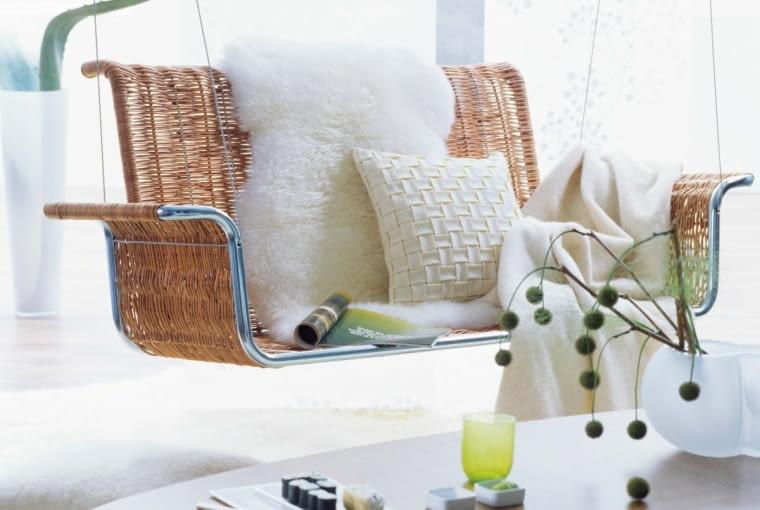 A gdyby tak zastąpić kanapę albo choćby fotel huśtawką zawieszoną przy stoliku kawowym? Goście nigdy nie zapomną, jak błogo unosili się nad ziemią w twoim salonie.