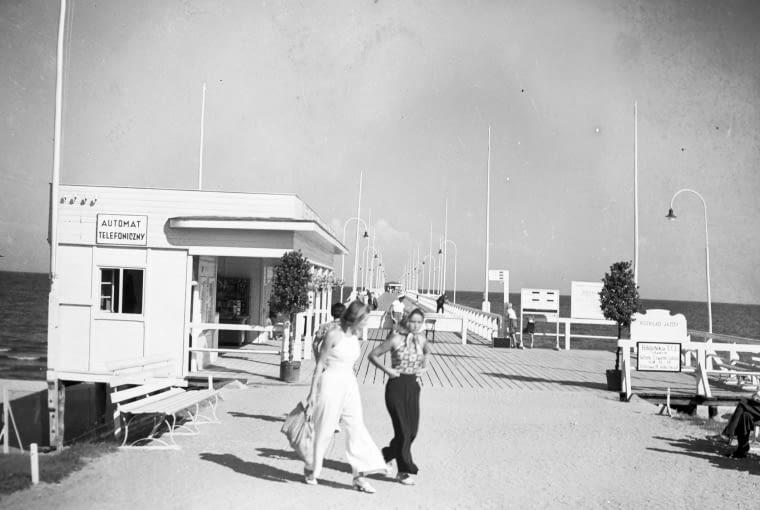 Kobiety podczas spaceru na molo, 1938–1939