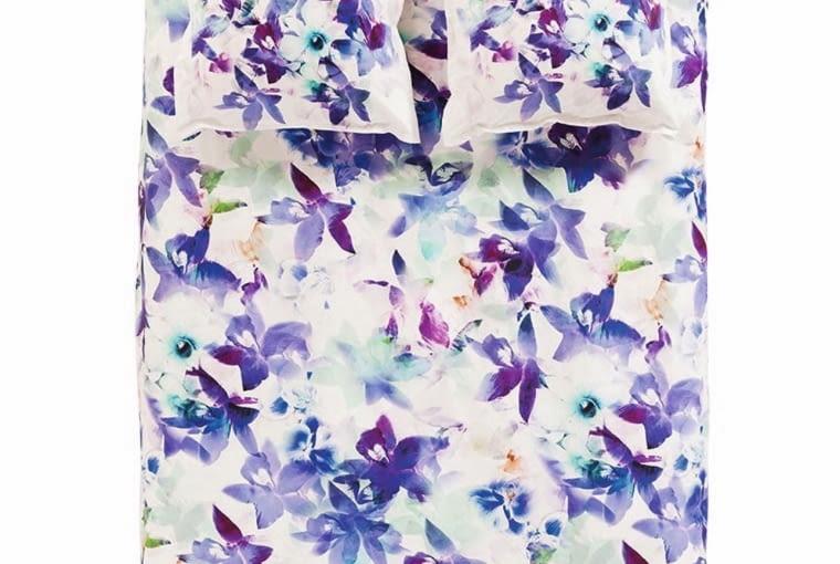 Carre Blanc Piękna pościel z kol. Ametis, z bawełny perkalowej, malowana w fioletowe, cieniowane kwiaty. Druga strona gładka, w kolorze modnej mięty. Wym. 200 x 200 cm; 50 x 70 cm lub 65 x 65 cm, carreblanc.pl, 580 zł (cena kołdry i poduszki, można kupować oddzielnie)