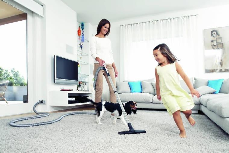 Niewielkie odkurzacze do małych domów są bardzo ciche, natomiast duże i wydajne urządzenia cykloniczne wykorzystują głośniejsze silniki, dlatego stosuje się w nich efektywne tłumiki hałasu.