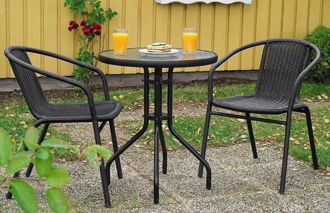 Stolik kawowy z dwoma krzesłami. Meble mają konstrukcje stalową, siedziska wykonane są ze sztucznego ratanu. Stolik o wysokości 71 cm ma blat ze szkła strukturalnego o średnicy 60 cm. Wymiary krzesła: 73 x 55 cm. Jula, 150 zł/komplet.