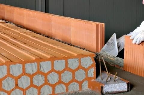 Układanie wieńca na ścianach jednowarstwowych z ceramiki poryzowanej. Zamiast deskowania, stosuje się pustaki z ceramiki poryzowanej o grubości 8 lub 11,5 cm i wysokości dostosowanej do grubości stropu