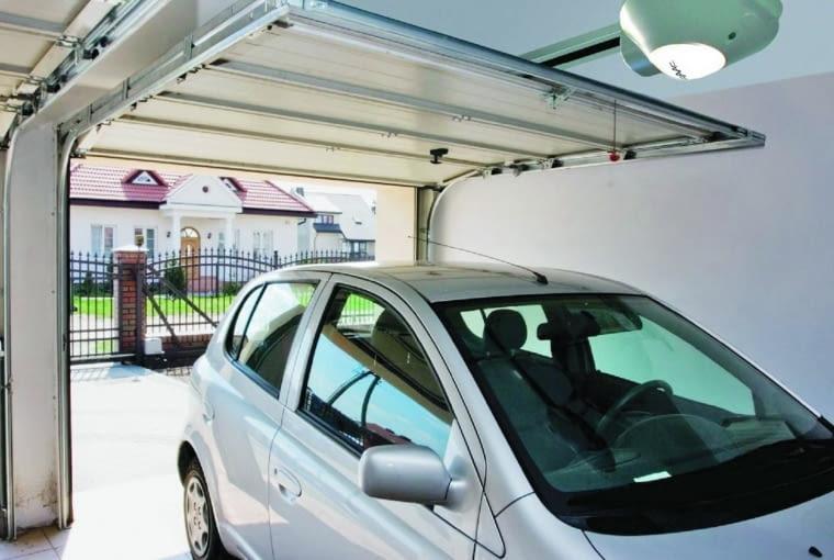 Podczas otwierania brama segmentowa górna jest wciągana pod sufit garażu.