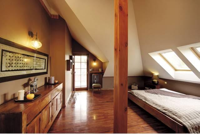 Sypialnia na poddaszu. Okna połaciowe zamontowano na poziomie wzroku