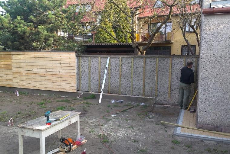 Rusztowaniem dla nowego ogrodzenia to pionowe drewniane deszczułki na stałe zamocowane na murze.