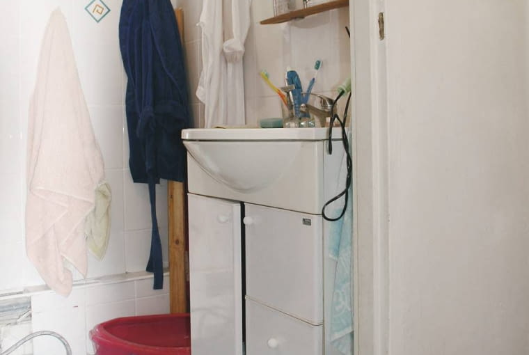 Gospodarze chcieli, aby ich ciasna łazienka po remoncie była nie tylko ładniejsza i wygodniejsza, ale i przestronniejsza. Czy ich oczekiwania nie były zbyt wygórowane? A jednak stylistce udało się je spełnić. Poprawiła funkcjonalność wnętrza, optycznie je powiększyła oraz nadała mu styl.</B> <BR />PRZED ZMIANĄ. Łazienka dawno już miała lata świetności za sobą. Gospodarze narzekali nie tylko na niemodny wygląd wnętrza, ale także na słabą funkcjonalność, m.in. na niewygodne usytuowanie sedesu.