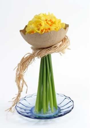 Połówkę jajka można wykonać z papieru pakowego. W otworze ściśle układamy narcyzy przewiązane luźno naturalną rafią.