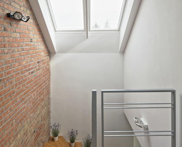 dom jednorodzinny, klatka schodowa, barierka, okno połaciowe, okno dachowe, aranżacja wnętrz,