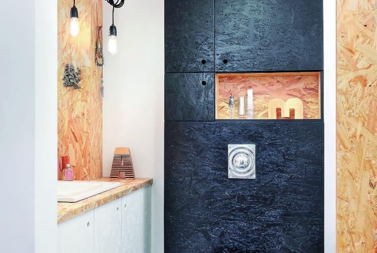 Zabudowa nad ścianką instalacyjną sedesu to cenne dodatkowe miejsce do przechowywania. Tutaj jej zrobienie kosztowało niewiele, bo użyto płyt OSB pomalowanych farbą odporną na wilgoć (wykończono nimi również samą obudowę stelaża).