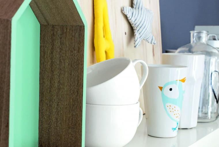 PÓŁKA na dekoracje znalazła się też wkuchni. Drewniany domek (jeden zwielu), literka igwiazdka to dzieła pani domu.
