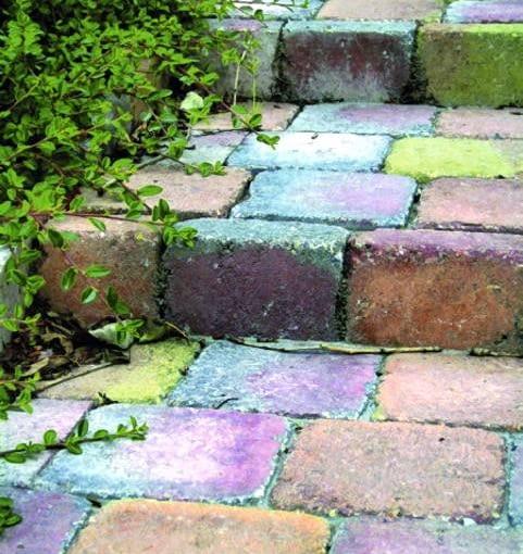 Kolorowe schodki można by z powodzeniem zastąpić niewielką pochylnią ukształtowaną z utwardzonej ziemi, ale czy tak nie jest ciekawiej?