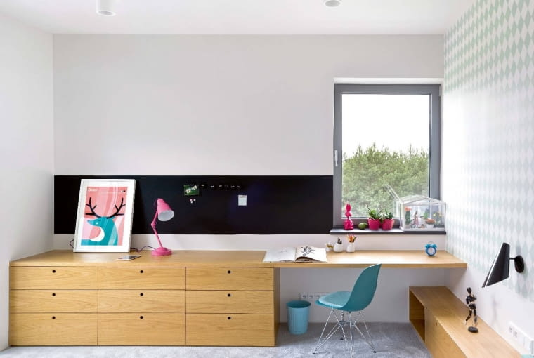 Pokoje dziecięce - na prośbę pani domu jasne i stonowane - są urządzone prostymi funkcjonalnymi meblami, zaprojektowanymi na miarę w studio ADHD.