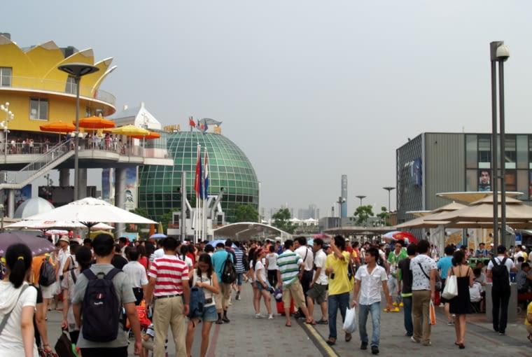 Fragment pawilonu holenderskiego i rumuńskiego. A także nieprzebrany tłumy zwiedzających. Codziennie EXPO zwiedza około 500 000 gości z całego Świata, dominują oczywiście Chińczycy.
