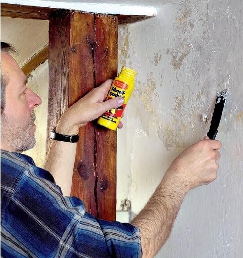 Krok 3. Po wyschnięciu ściany, większe ubytki w tynku gipsowym wypełniamy szpachlą gipsową, a w tynku cementowo-wapiennym - gładzią gipsową wymieszaną z piaskiem