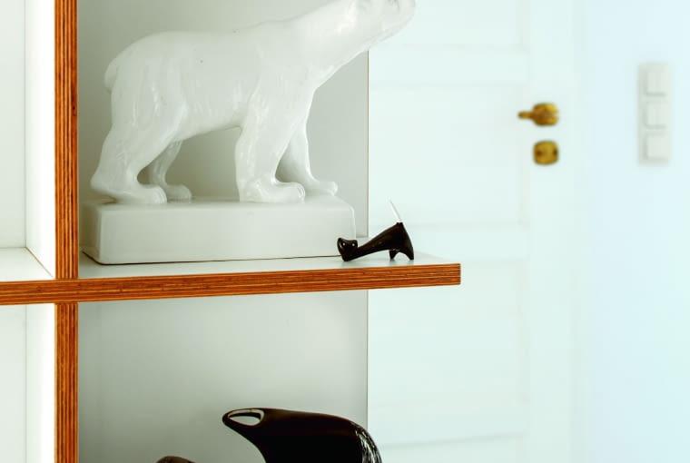 Dominująca w mieszkaniu biel wydobywa urodę detali i jest tłem dzieł sztuki.