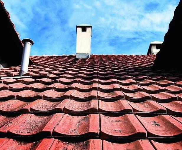 Naprawa dachu z dachówek