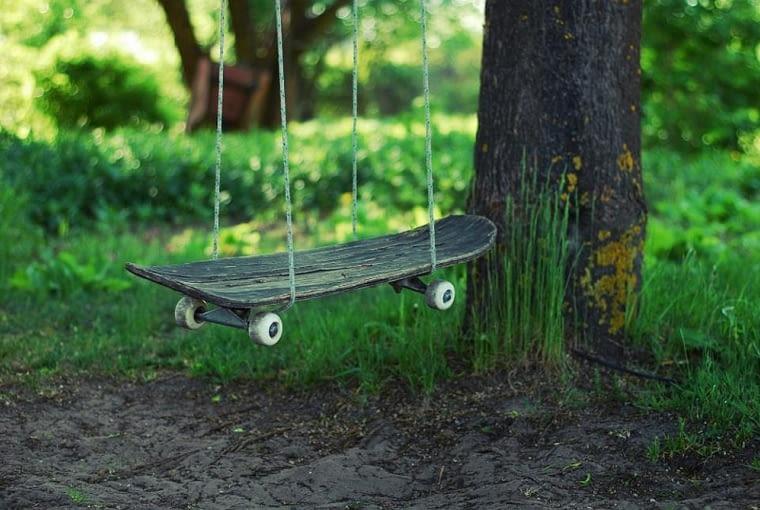 Stara deskorolka może z łatwością zmienić się w ogrodową huśtawkę. Wystarczy sznurek i odpowiednie miejsce, by ją zawiesić.