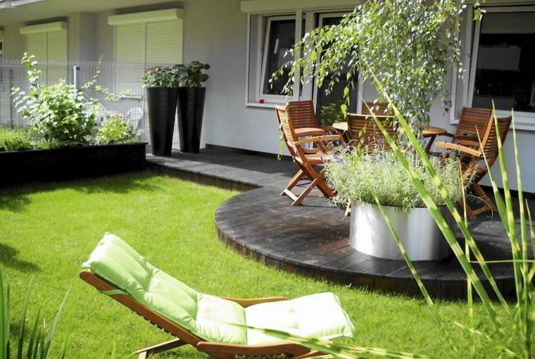 A| Projekt ogrodu. Drewniany podest podzielił przestrzeń ogrodu