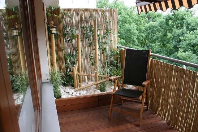 Balkon w stylu orientalnym. Nad balkonem rozciągnięta jest również markiza chroniąca przed słońcem
