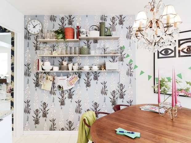 mieszkanie w skandynawskim stylu, jasne mieszkanie, deski na podłogach, tapety na ścianach, oryginalne tapety, jak urządzić mieszkanie w stylu skandynawskim?