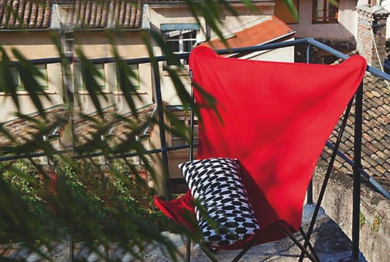 LEKKI SKŁADANY ZESTAW tworzą 2 krzesła i stół (ok. 200 zł). Blat galwanizowa- nego pomocnika (ok. 160 zł), na którym zwykle stoją doniczki z roślinami, w razie potrzeby może służyć za barek, IKEA.TEN DUŻY SKŁADANY FOTEL (ok. 300 zł) jest bardzo lekki i łatwy do przechowywania. Zawdzięcza to przemyślanej konstrukcji, której podstawą jest aluminiowy stelaż i rozciągnięta na nim tkanina, Lafuma.
