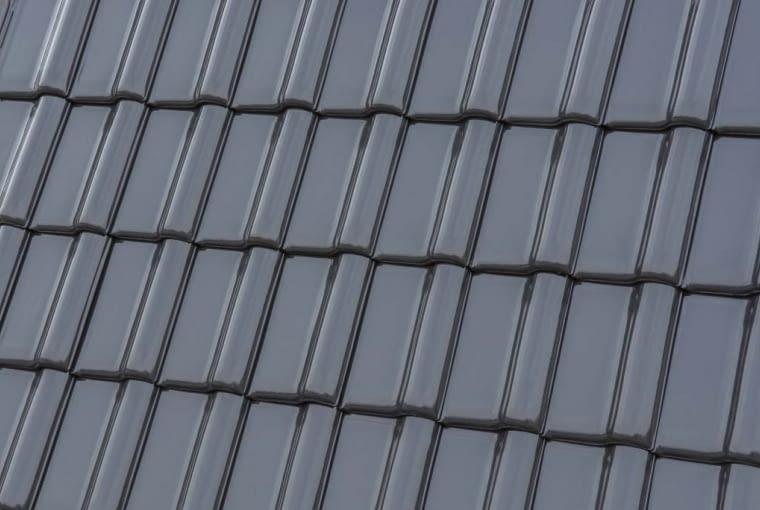 MONZAplus/RÖBEN | Rodzaj: dachówka ceramiczna | wymiary: ok. 46,4 x ok. 30,4 cm | kolor: grafitowy; wykończenie: angobowana. Cena: 5,03 zł/szt.; 49,25 zł/m2,www.roben.pl