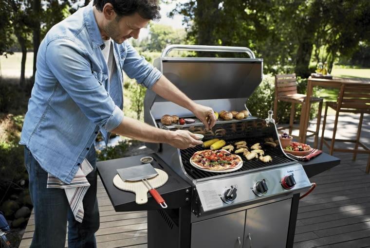 WIĘKSZE MODELE grilli gazowych, z półeczkami do odstawiania potraw, to prawdziwe plenerowe minikuchnie.
