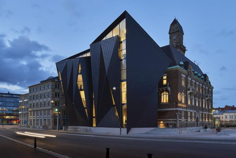 World Maritime University, Tornhuset, Malmö, Sweden, proj. Terroir & Kim Utzon Architecture, nominacja w kategorii budynki zrealizowane, szkolnictwo wyższe i nauka. W nowym budynku pełno jest nietypowych kątów, skosów i niecodziennych ostrych trójkątów. To swoisty znak w przestrzeni na styku starego miasta i terenów portowych.