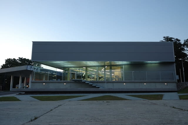 Pawilon stacji paliw w Sierczy k. Wieliczki projektu młodej pracowni Group_a