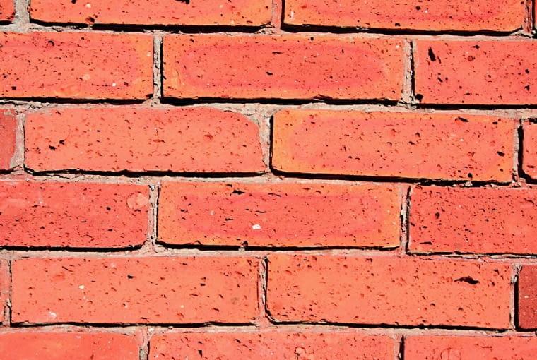 Płytki cięte ze środka cegły mają gładką powierzchnię i równe krawędzie