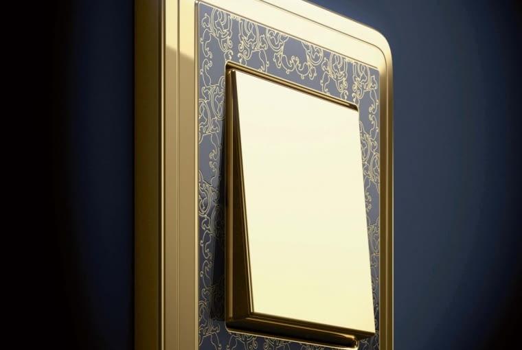 Mosiądz imitujący złoto i wygrawerowane ornamenty. To seria ClassiX Art firmy Gira.