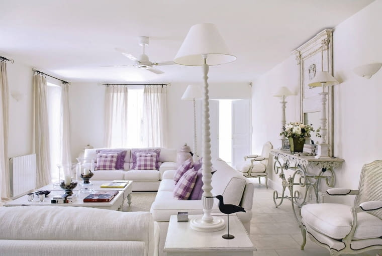 Provencal holiday house with courtyard garden SLOWA KLUCZOWE: day colour building interior living room white sofa window curtain pole curtains animal bird chair mirror console table fresh coffee table purple cushion flooring radiator checked lilac overview furniture seating white room