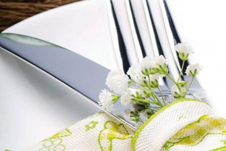Wielkanocny stół. Kwiatowa oprawa każdego nakrycia sprawia, że stół jest wyjątkowo odświętny