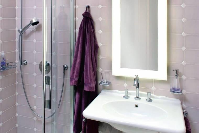 W małej łazience zrezygnowano z?wanny na rzecz kabiny prysznicowej. Właściciele wybrali spory model (80?x?100 cm), który zapewnia wygodne korzystanie z natrysku.