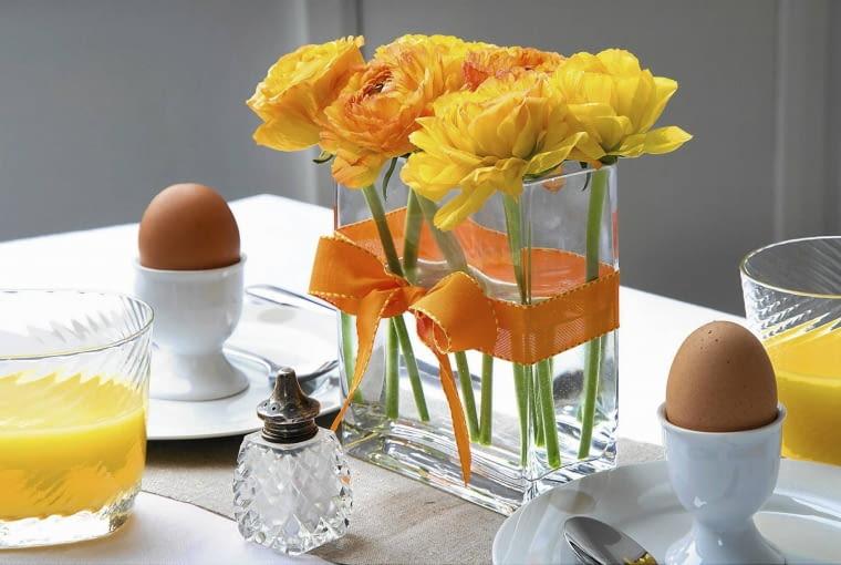 Vase of Ranunculus tied with a ribbon SLOWA KLUCZOWE: Apfelsinensaft Band Ei Eier Farben Fr´hling Fr´hst´ck Glas Innen Mahlzeit Orangensaft Osterfeiertage Ostern Ranunculus Tischset Vase Zimmer fr´hst´cken gelb orange