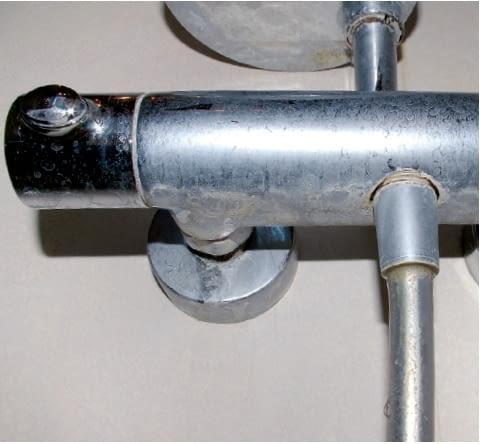 Bateria prysznicowa - osad z resztek mydła i kamień zbierają się w części środkowej od spodu