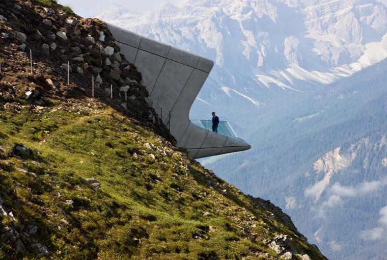 Messner Mountain Museum, Plan de Corones, Włochy, proj. Zaha Hadid Architects, nominacja w kategorii budynki zrealizowane, kultura. Położone w Alpejskich szczytach muzeum zaskakuje dynamiczną formą. Nadwiesza się nad górskim zboczem, a znajdujący się na zewnątrz taras wychyla się głęboko odsłaniając dla zwiedzających 240-stopniową panoramę.