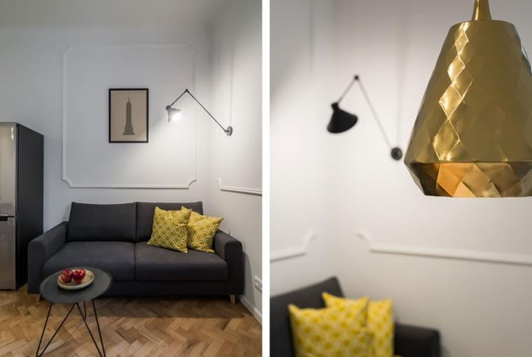 Gustowne lampy i stolik o interesującym kształcie - ozdoby salonu.