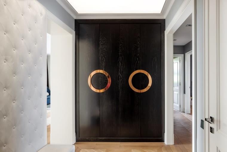 Przedpokój główny przechodzi później w łamany korytarz, który prowadzi do prywatnej części mieszkania.
