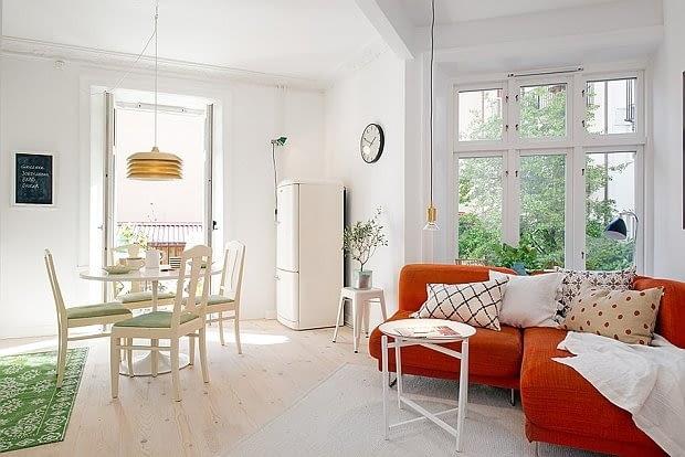 Jasne kolory są doskonałą bazą. Wystarczy wymienić pokrycie sofy, czy rzucić kilka kolorowych poduszek, by całkowicie zmienić charakter wnętrza.