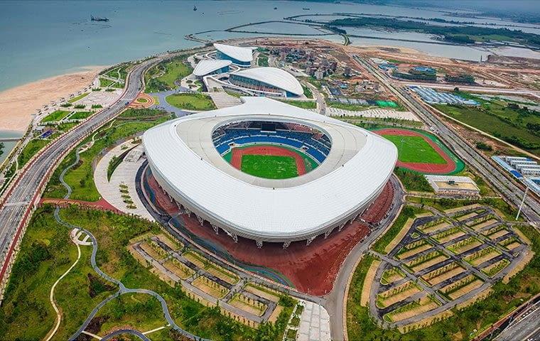Zhanjiang Olympic Center Stadium, Zhanjiang - Chiny (X nagroda w głosowaniu internautów, III miejsce w głosowaniu jury) - To kolejny stadion świadczący o intensywnym rozwoju chińskich miast. Jeszcze kilka lat wstecz, na tych terenach znajdowały się stawy hodowlane. dziś to nowa dzielnica miasta z imponującym kompleksem sportowym.