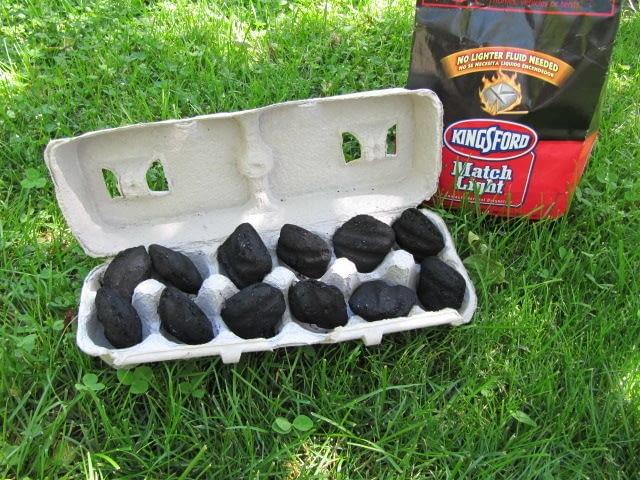 Nigdy nie wiemy, ile brykietów potrzeba, by rozpalić grill. Jeśli włożymy je do wytłaczanki po jajkach, to będziemy mieć pewność, że grill szybko się rozpali