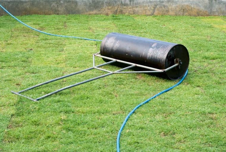 5. po ułożeniu dociskamy trawę do podłoża, wałując ją zarówno wzdłuż, jak i w poprzek pasów. Brzegi murawy wykańczamy obrzeżami lub obsypujemy ziemią - nie będą przesychać.