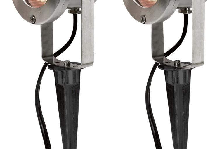 Reflektory/JULA. Umieszczone co dwa metry na przewodzie przyłączeniowym o dł. 10 m; przewód ma transformator i uziemiony wtyk. Cena: 99 zł (2 szt.), www.jula.pl
